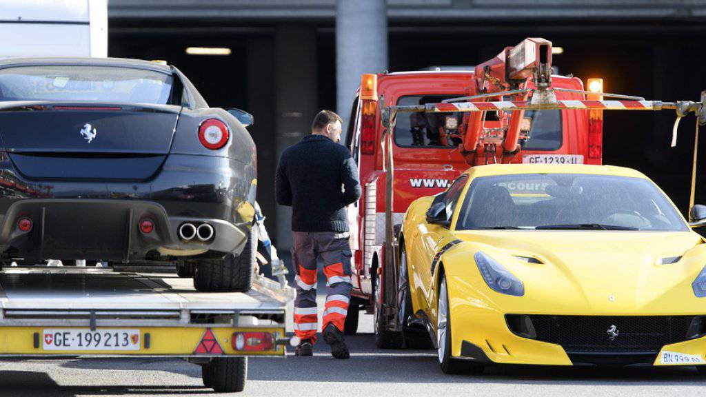 Zwei beschlagnahmte Ferrari von Teodorin Obiang am Flughafen Genf. (Archiv)