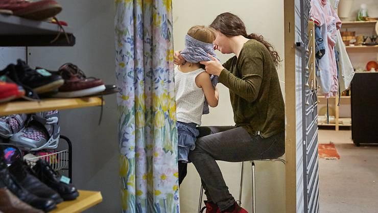 Der Nationalrat will arbeitslosen alleinerziehenden Müttern unter die Arme greifen. Sie sollen mit der Mutterschaftsentschädigung neu das Recht auf Familienzulagen haben. (Symbolbild)