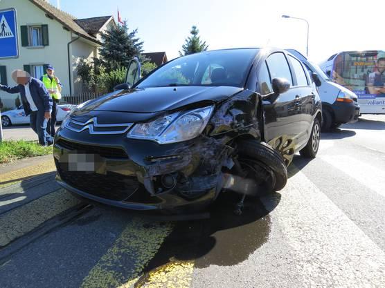Suhr AG, 11. Oktober: Ein in Richtung Aarau fahrendes Auto prallte auf der Tramstrasse in Suhr in einen entgegenkommenden Linienbus. Verletzt wurde niemand.