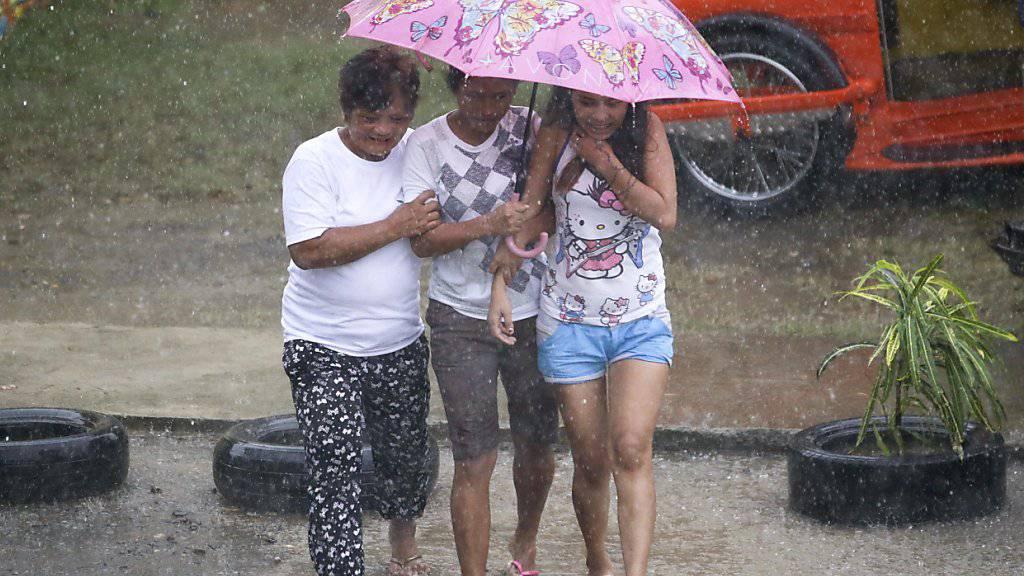 Der Taifun «Mangkhut» ist auf den Philippinen am Freitagabend (MESZ) auf Land getroffen. Er entfaltete Windgeschwindigkeiten von bis zu 205 Kilometern pro Stunde.