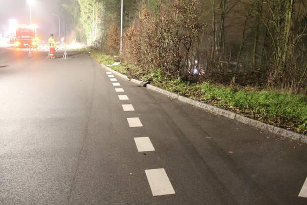 Da, wo der Wagen von der Strasse abkam, sind Spuren zu sehen.