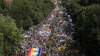 Mehrere zehntausend Menschen gingen am Samstag in Mailand auf die Strasse, um ihre Solidarität mit Flüchtlingen zum Ausdruck zu bringen.