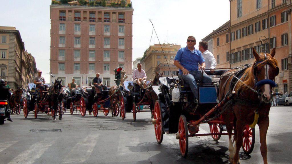 Könnten schon bald der Vergangenheit angehören: Touristenkutschen in Rom. (Archiv)