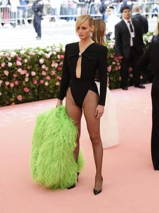 Die modelnde Schauspielerin machte sich untendurch nämlich frei, kam in einem Bodysuit aus der Sommerkollektion von Saint Laurent.