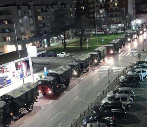 Militärlastwagen transportieren Särge aus Bergamo ab.