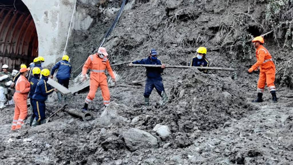 HANDOUT - Mitarbeiter des Nationalen Katastrophenschutzes NDRF bereitet sich auf die Rettung von Arbeitern an einem der Wasserkraftwerke vor. Nach einer massiven Sturzflut werden noch über 100 Menschen vermisst. Ein riesiger Gletscher war zuvor von einem Berg abgebrochen und in einen Fluss gestürzt. Foto: -/National Disaster Response Force/AP/dpa - ACHTUNG: Nur zur redaktionellen Verwendung und nur mit vollständiger Nennung des vorstehenden Credits