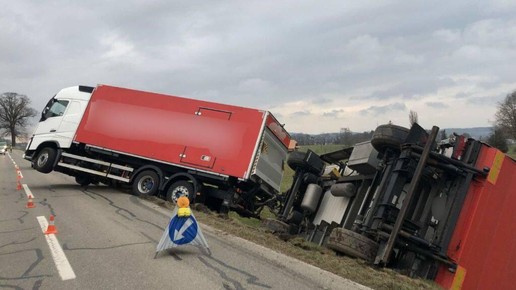 Glück im Unglück hatte am Freitagabend der Fahrer eines Lastzugs in Düdingen FR. Er verlor die Kontrolle über sein Fahrzeug und der Güteranhänger kippte in eine Böschung. Der Fahrer wurde dabei nicht verletzt.