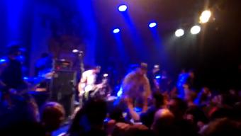Auf dem dem Youtube-Video ist zu hören, wie die Band das Publikum aktiv zum Stagediving auffordert.