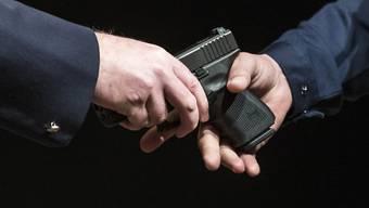Die Frau händigte die Waffen ihres Mannes aus Angst vor ihm an die Polizei aus. (Symbolbild)