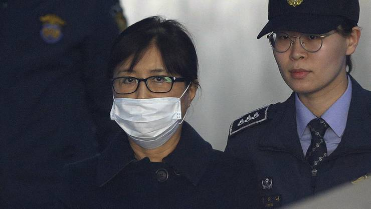 Ist zu 20 Jahren Haft verurteilt worden: Choi Soon Sil (mit Atemschutzmaske), langjährige Vertraute von Südkoreas Ex-Präsidentin Park Geun Hye.