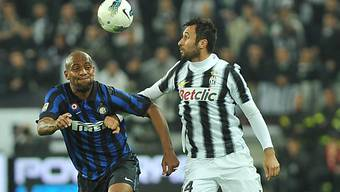 Juves Mirko Vucinic (r.) im Duell mit Inters Maicon.