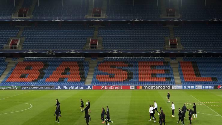 Die Spieler von Paris Saint-Germain trainieren am Abend vor der Champions-League-Spiel gegen den FC Basel im St. Jakob-Park.