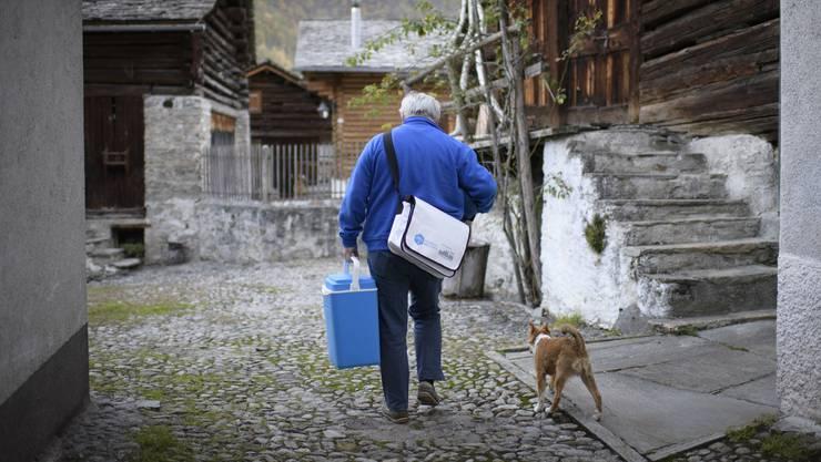 Fast zwei Monate nach dem Bergsturz kehren Bewohner nach Bondo zurück.