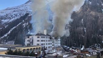Bei einem Grossbrand in einem Hotel in Zinal VS ist eine Person schwer verletzt worden.