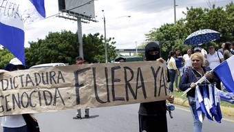"""""""Völkermörderische Diktatur raus!"""" steht auf einem Transparent von Protestierenden in den Strassen von Managua, der Hauptstadt Nicaraguas (Aufnahme vom 30. Juli 2018)."""