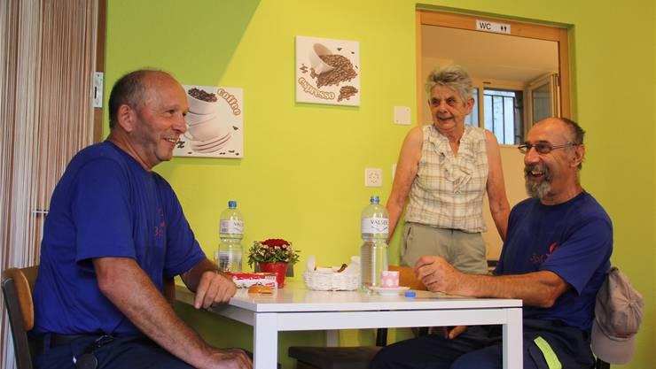 Rös Hostettler unterhält sich mit zwei Gästen im neuen Dorf-Kafi. CM