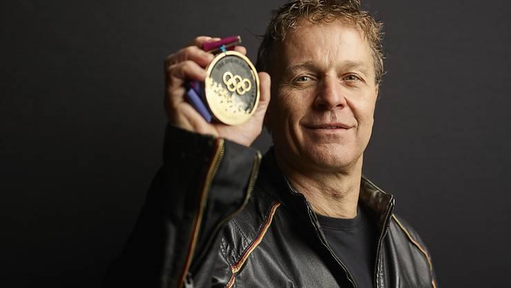 """Andreas """"Sonny"""" Schönbächler mit seiner 1994 errungen Goldmedaille"""