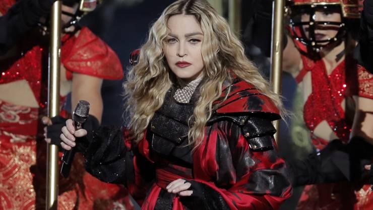 """Madonna hat auf ihrer Australien-Tournée wieder einmal """"Bad Girl"""" gespielt und eine Zuschauerin """"begrapscht""""."""