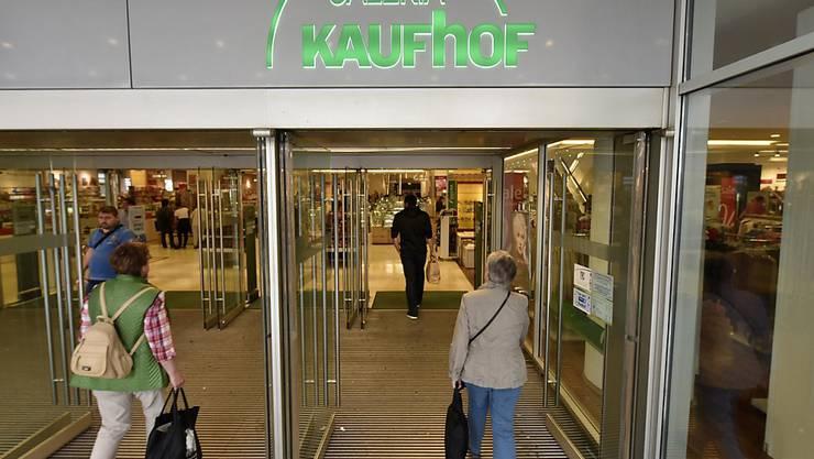 Der deutsche Warenhausriese Kaufhof könnte sich mit Konkurrenten Karstadt zusammenschliessen. Ihre Eigentümer befinden sich in Gesprächen über eine Fusion. (Archiv)