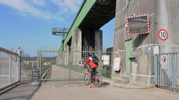 Velofahrer müssen umkehren am gesperrten Grenzübergang Leibstadt-Dogern.