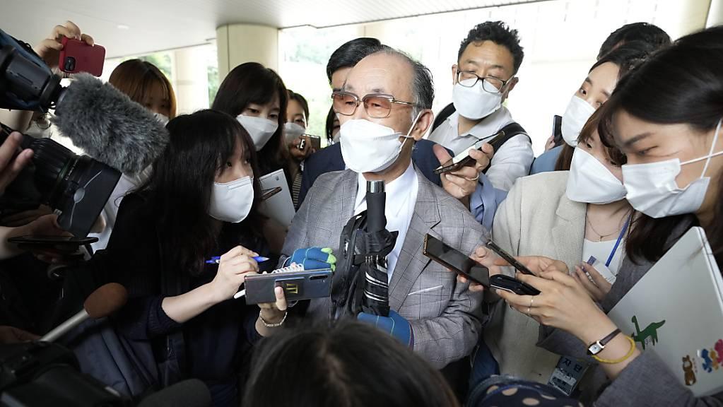 Lim Chul-ho (Mitte), Sohn eines verstorbenen Zwangsarbeiters, spricht zu den Medien vor dem zentralen Bezirksgericht in Seaoul.