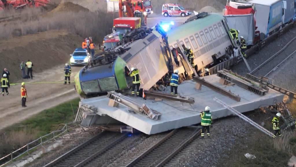 Güterzug prallt auf Betonplatte: Lokführer stirbt bei schwerem Unfall