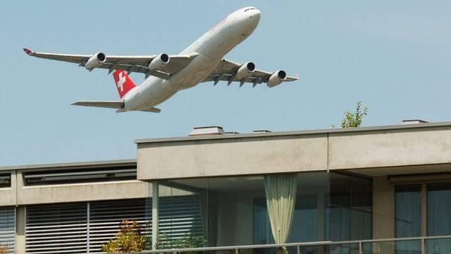 Ein Airbus der Swiss über Zürich (Archiv)