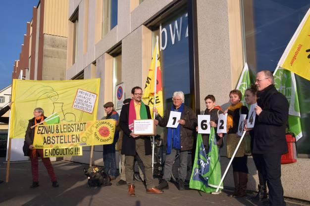 Die Atomkraftgegner überreichen die Unterschriften vor dem Ensi-Sitz in Brugg