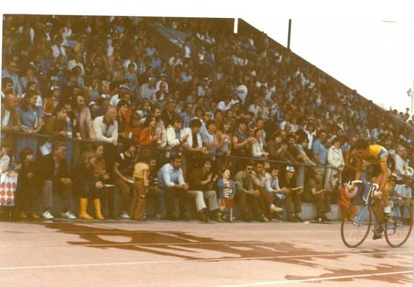 Daniel Willems fährt 1980 im Leadertrikot auf der Basler Schützenmatte ein. Willi Erzberger hatte das Volksfest organisiert.