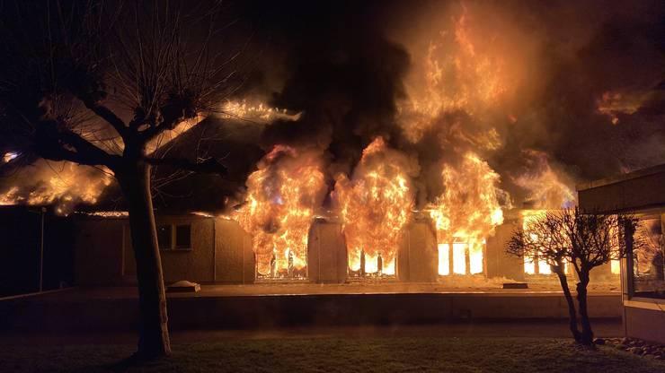 Die Feuerwehr war mit einem Grossaufgebot rasch vor Ort. Dennoch entstand ein grosser Sachschaden