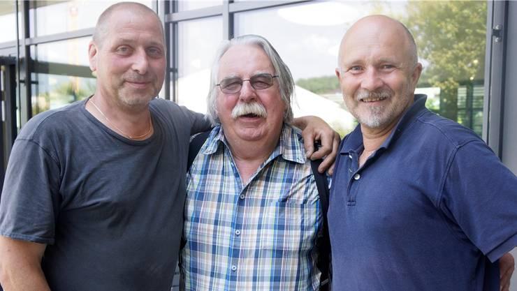 Rolf Walker (Kurator, Mitte), Kurt Hostettler, Künstler, und Roland Stuber (Administration, rechts) arbeiten in unterschiedlichen Funktionen für Kunst im Dorf.