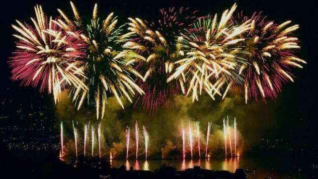 Toll sehen die Feuerwerke aus in der Nacht. Sie verbreiten aber viel Rauch und Feinstaub. Foto: KEYSTONE