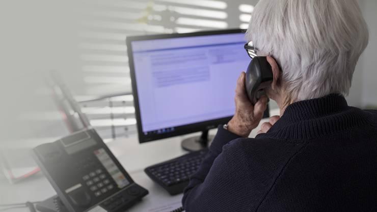 Ulla ist eine von 44 Freiwilligen, die am Telefon mit den Anrufern bei der Dargebotenen Hand sprechen. Zu ihrem Schutz wird weder ihr richtiger Name genannt noch ihr Gesicht gezeigt.