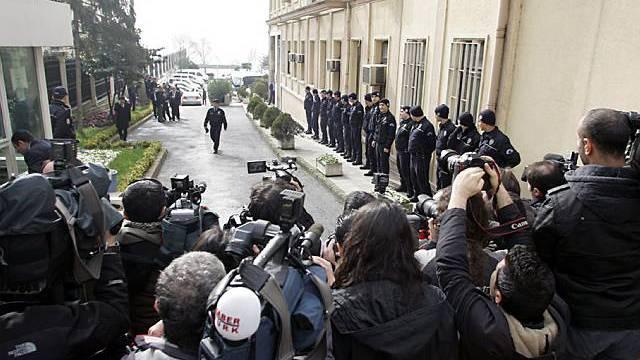 Bewachtes Gerichtsgebäude mit Medienschaffenden in Istanbul