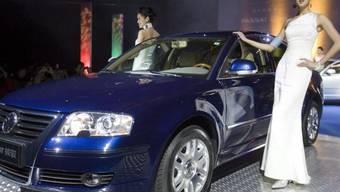 Ein chinesisches Modell präsentiert einen VW in Peking (Symbolbild)