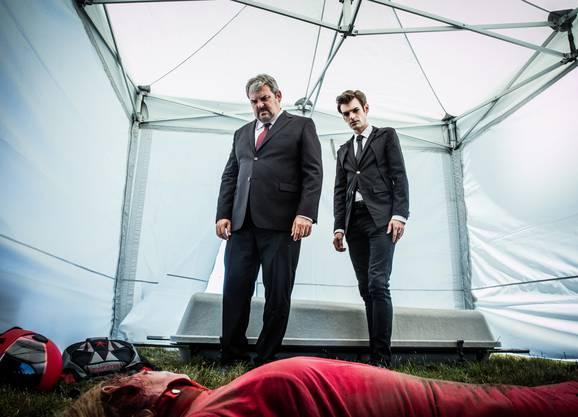 Vom Himmel gefallen: Mike Müller als Luc Conrad und Reto Stalder als Fabio Testi bei der tödlich verunfallten Fallschirmspringerin.