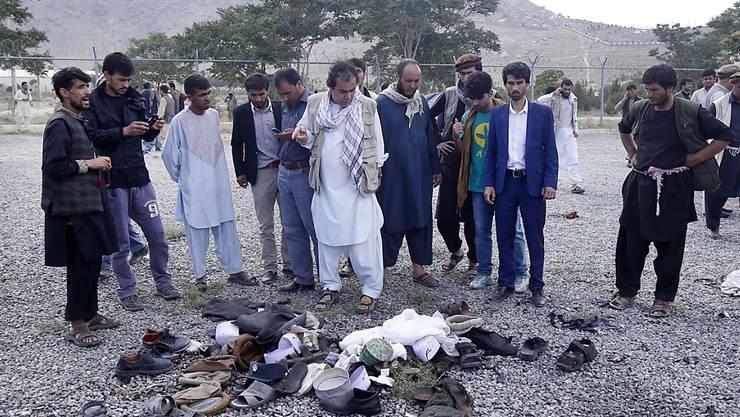 Bei einer Beerdigung in Kabul eines bei Anti-Regierungsprotesten getöteten Mannes kam es am Samstag zu drei  Explosionen. Dabei kamen zahlreiche Gäste ums Leben oder wurden verletzt in Kliniken gebracht.