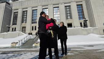 Die Kläger umarmen sich nach dem Entscheid vor dem Gericht