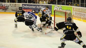 Ueli Huber und sein Teamkollege Cédric Schneuwly machen Druck aufs Ajoie-Tor von Elien Paupe.