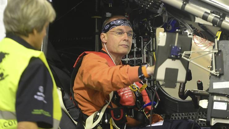 """Bertrand Piccard im Cockpit von """"Solar Impulse 2"""": Auf seinem Flug über den Pazifik sprach Piccard am Freitag mit UNO-Generalsekretär Ban Ki Moon über Klimaschutz. (Archivbild)"""