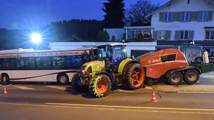 Der Traktorfahrer und drei Fahrgäste wurden leicht verletzt.