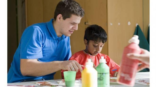 Grosse Hilfe: Ein Zivildienstleistender hilft, behinderte Kinder zu betreuen. Foto: Peter Schneider