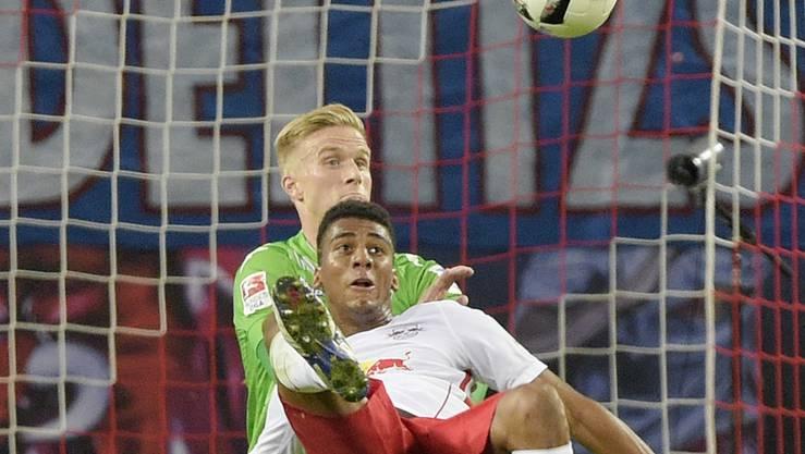 Fernandes da Silva von Leipzig kickt den Ball spektakulär Richtung Tor.