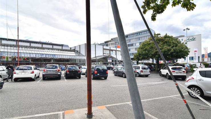 Mit dem Parkierungsreglement wären die Autoabstellplätze auf dem Parkplatz vor dem Migros-Freizeitland beim Einkaufszentrum Sälipark ab Beginn der Parkzeit gebührenpflichtig gewesen.Bruno Kissling/Archiv