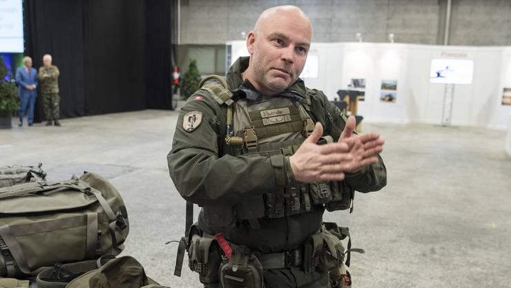 Stabsadujtant Beat Burkhalter trug die neue Ausrüstung an der Präsentation der Armeebotschaft 2018 am 20. März.