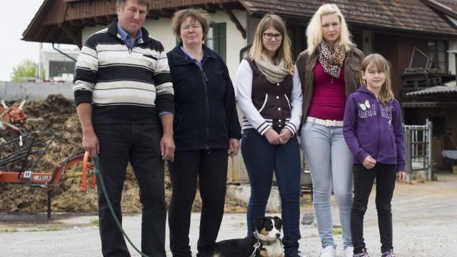Fritz Gutknecht, seine Frau Edith und die Kinder Daniela, Andrea und Sara mit Appenzeller-Mischling Lisa. Foto:  Alex Spichale
