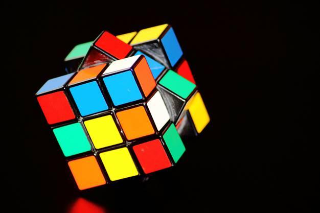 1974: Der in den 70ern erfundene «magische Würfel» oder auch «Rubix Cube» erlangte anfangs Achtziger grosse Popularität. Übrigens gibt es bei einem einzigen Würfel genau 43,252,003,274,489,856,000 Wege, die Steine zu setzen.