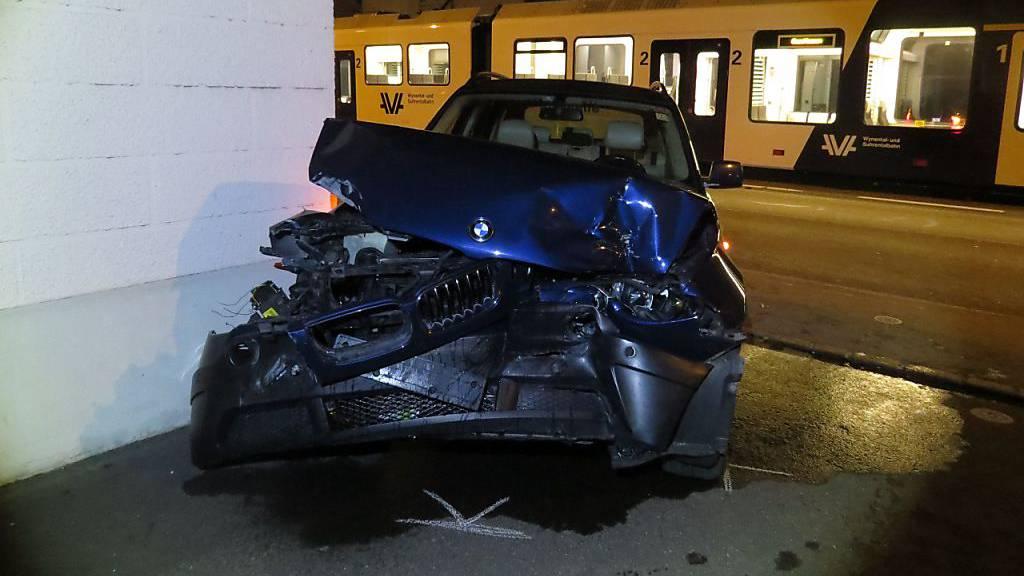Autofahrer verletzt sich bei Kollision mit Zug