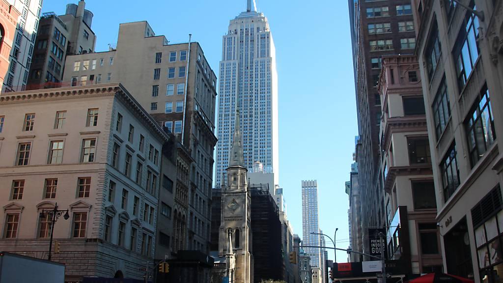 ARCHIV - Blick auf das Empire State Buildung (M): Das Empire State Building gehört zu den ältesten, höchsten und beliebtesten Wolkenkratzern New Yorks. Foto: Christina Horsten/dpa