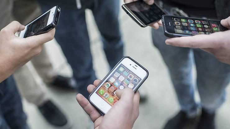 Ständig online und digital vernetzt: Inhaber von sozialen Netzwerken können prinzipiell auch private Informationen über Leute sammeln, die ihre Dienste nicht nutzen oder selbst nichts Persönliches preisgeben (Archivbild)